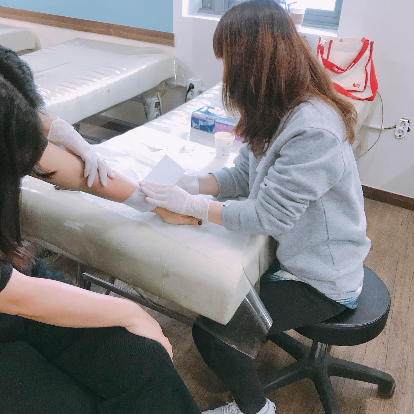 왁싱 팔 제모 시술 중~
